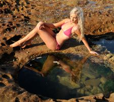 Kahli - pink bikini reflected by wildplaces