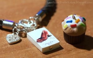 Pretty Little Liars book charm + a cupcake by Panna-Kot