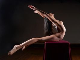 8642-NL Beautiful Woman Dancer Nude on Platform by artonline