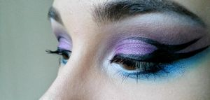 Graphic eyeliner by krabatas