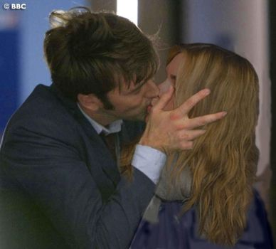 DoctorRose Kiss manip 1 by LaurytheLatrator