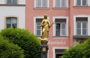 Statue goldene Frau by archaeopteryx-stocks