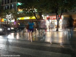 People crossing by Mprintochainis
