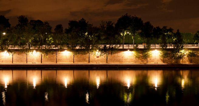 A night on the Seine waterfron by Anantaphoto