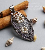 Pendant with pearls by CheColada