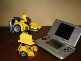 Bumblebee Loves Video Games by yodana
