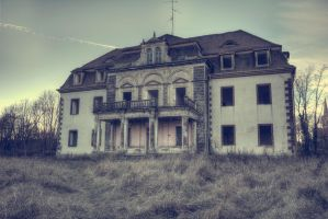 Old Manor by CrawlingGirl