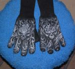 knitted gloves with skulls by lioko83
