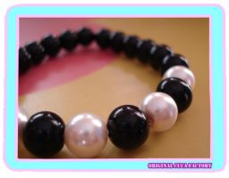 black and white pearls bracele by cuca-factory