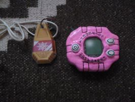 Kari's digivice and crest by sabrina200415