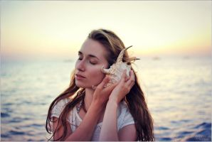 Whispering of the waves by Arryja