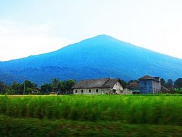 BLUE N GREEN CIREMAI MOUNTAIN by diimaaz