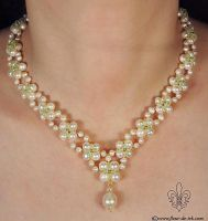 V-shaped pearl with green N898 by Fleur-de-Irk