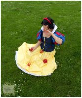 Snow White - poisoned apple by Safiriel