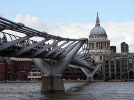 Millenium Bridge   - St. Pauls Cathedrale by CeaSanddorn