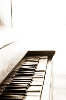 Old piano by trunglq